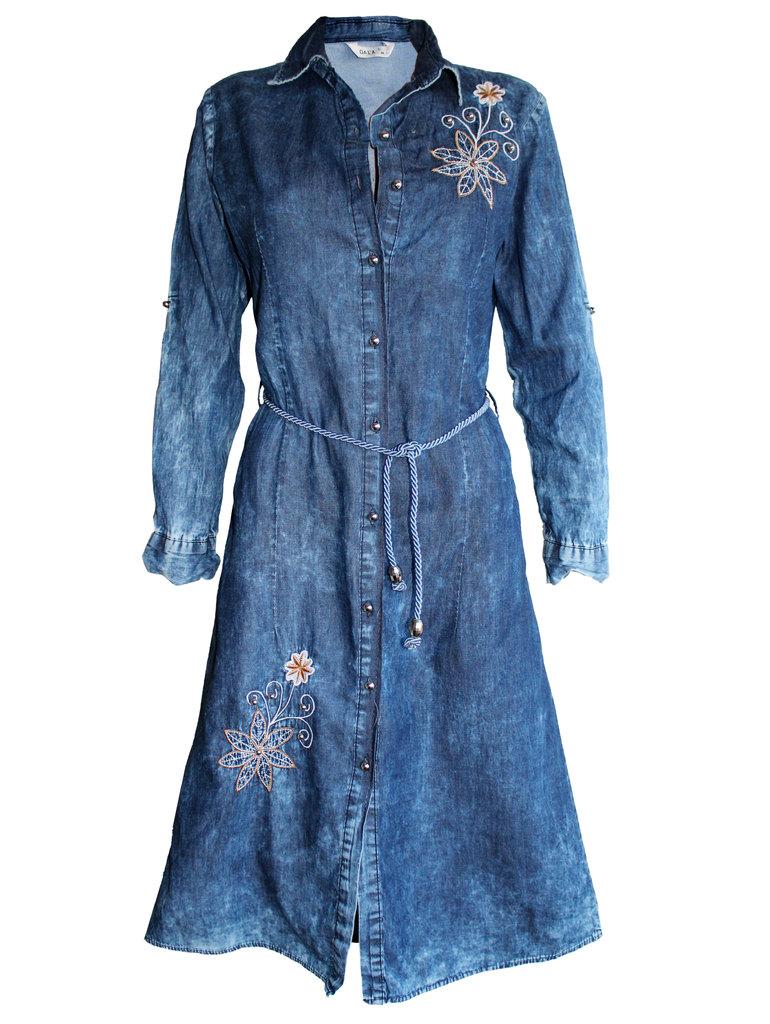 5d0839cd003 Дамска дънкова рокля-манто с копчета декорация карамелено цвете ...